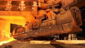 Sluit omhoog voor aluminium smeltende oven in een gieterij die, zwaar metallurgieconcept zich achteruit bewegen Voorraadlengte ap royalty-vrije stock afbeeldingen