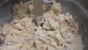 Sluit omhoog voor het maken van voedselproces, mengt deeg bij de fabriek Voorraadlengte Het kneden machine bij de bakkerij, gebak stock footage