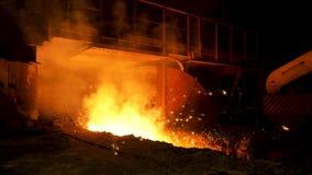 Sluit omhoog voor hoogoven en heet gesmolten staal die in de helling, zware industrieconcept worden gegoten Voorraadlengte stock videobeelden
