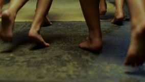Sluit omhoog voor jonge geitjesbenen die blootvoets op gele mat, achtermening lopen scène Kinderenbenen die binnen zonder schoene stock footage