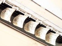 Sluit omhoog vorm in airconditionersysteem Gevaar en de oorzaak van longontsteking en ademhalingsziekten binnenshuis of bureau lu stock fotografie