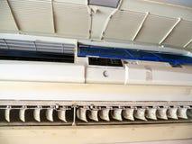 Sluit omhoog vorm in airconditionersysteem Gevaar en de oorzaak van longontsteking en ademhalingsziekten binnenshuis of bureau lu stock afbeelding
