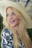 Sluit omhoog vrij Blonde Vrouw die Straw Hat dragen Stock Afbeelding