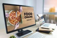 Sluit omhoog vrouw die tot voedsel opdracht geven online door Internet-Conceptenorde royalty-vrije stock foto