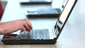 Sluit omhoog vrouwelijke handen typend op laptop notitieboekje stock footage