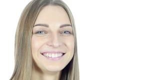 Sluit omhoog, Vrouwen Draaiend Gezicht naar Camera en het Glimlachen, Jongelui, stock footage