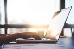 Sluit omhoog vrouwenhanden gebruikend laptop voor haar werk Royalty-vrije Stock Afbeelding