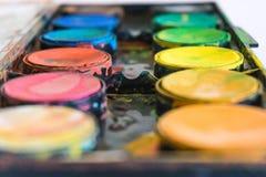 Sluit omhoog, watercolours voor de middelbare school Grunge akvarel spla royalty-vrije stock foto's