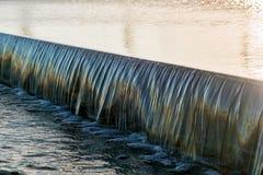Sluit omhoog waterstroom op modern decoratief watergebied buiten royalty-vrije stock afbeeldingen