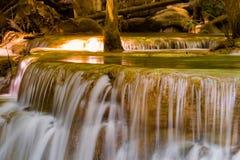 Sluit omhoog waterval in diepe boswildernis Royalty-vrije Stock Fotografie