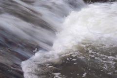 Sluit omhoog waterval, water die met de achtergrond van sponsnayure stromen royalty-vrije stock fotografie