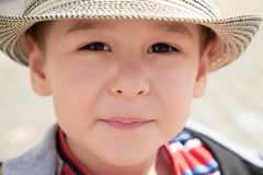 Sluit omhoog weinig jongen bekijkt zorgvuldig de fotograaf stock afbeeldingen