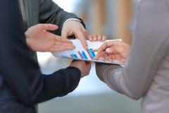 Sluit omhoog werknemers die het financiële programma van nieuw bespreken royalty-vrije stock afbeelding