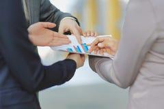 Sluit omhoog werknemers die het financiële programma van het nieuwe project bespreken stock afbeeldingen