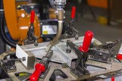 Sluit omhoog werkstukken en kaliberinrichting met hand snelle klem voor het elektrische mig-procédé van het robotlassen bij fabri royalty-vrije stock afbeelding