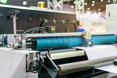 Sluit omhoog wiel en rol voor paperfeedereenheid van modern en geavanceerd technisch van automatische publicatie of drukmachine stock afbeelding
