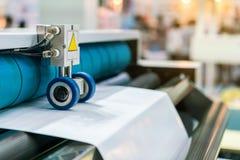Sluit omhoog wiel en rol voor paperfeedereenheid van modern en geavanceerd technisch van automatische publicatie of drukmachine stock fotografie