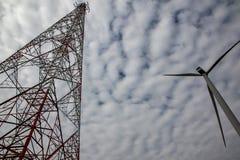 Sluit omhoog Windturbine met hoge machtstoren De Macht van Eco stock fotografie