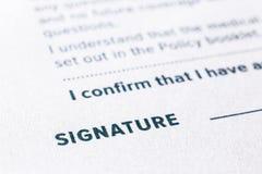 Sluit omhoog woordhandtekening op bedrijfsovereenkomstenvorm stock afbeeldingen