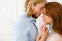 Sluit omhoog zachte kus en omhelzingen Verzacht omhelzingen en wat betreft van de jonge mens en vrouw royalty-vrije stock afbeeldingen