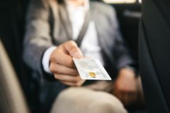 Sluit omhoog zakenman die creditcard geven aan bestuurder royalty-vrije stock foto's