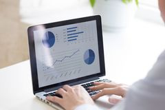 Sluit omhoog zakenman gebruikend laptop, analyseer bedrijfsstatistieken royalty-vrije stock foto