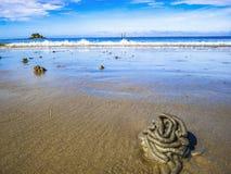 Sluit omhoog Zeepier giet met idyllische oceaan en eindeloze horizon op het strand stock foto