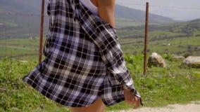 Sluit omhoog zijaanzicht bij vrouw het lopen op weg stock footage