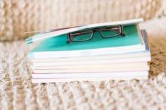 Sluit omhoog zijaanzichtboek met glazen royalty-vrije stock afbeeldingen