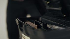 Sluit omhoog zwarte mensenhanden openend toolbox De handen die van de mensenarbeider schroef nemen stock video