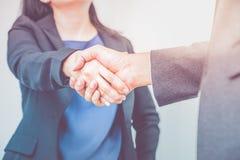 Sluit onderneemster en zakenman omhoog schuddende handen Bedrijfspa Royalty-vrije Stock Foto