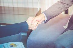 Sluit onderneemster en zakenman omhoog schuddende handen Bedrijfspa Royalty-vrije Stock Fotografie