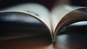 Sluit op open boekpagina's omhoog dagelijks notitieboekje stock footage