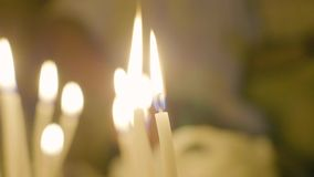 Sluit opbrandende kaarsen bij gebedceremonie in tempel Tempelkaars die terwijl heilig ritueel branden Godsdienstige Tradities stock videobeelden