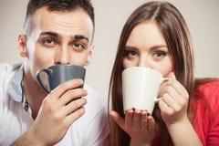Sluit paar het drinken omhoog de mokken van de koffieholding Royalty-vrije Stock Afbeelding