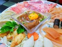 Sluit pf omhoog eierdooier op fijngehakt varkensvlees in kom op vaag ruw vlees in restaurant stock fotografie