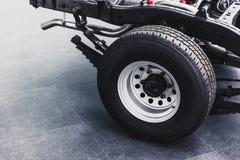 Sluit pick-up omhoog achterband met underbody autochassis stock afbeeldingen