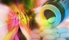 Sluit portret die van vrouw haar gezicht omhoog behandelen met handen en pillen die van een pillenfles uitgieten Drugsverslaving, stock fotografie
