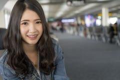 Sluit Portret omhoog jonge Aziatische vrouw in luchthaventerminal royalty-vrije stock foto's