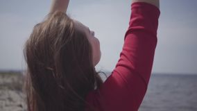 Sluit portret omhoog leuke graseful vrouw in rood de lange kleding die handen op de grote steen dichtbij spectaculaire mening van stock videobeelden