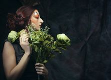 Sluit portret redhair vrouw met heldere creatief maken omhoog omhoog het houden van droge bloemen Stock Afbeeldingen