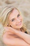 Sluit portret van boven het glimlachen omhoog blond bij strand royalty-vrije stock foto