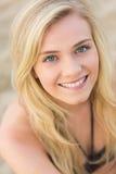 Sluit portret van boven het glimlachen omhoog blond bij strand royalty-vrije stock foto's