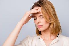 Sluit portret van dipressed omhoog jonge vrouw met korte blondehai royalty-vrije stock foto's