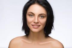 Sluit portret van mooie jonge gelukkige glimlachende die vrouw, over witte achtergrond omhoog wordt geïsoleerd Royalty-vrije Stock Foto's