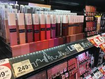 Sluit producten van het lippen omhoog de vloeibare super verblijf van Maybelline New York van supermarkt stock afbeelding