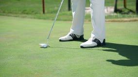 Sluit rechtstreeks omhoog geschoten op een golfspeler wanneer klappen witte golfbal aan de zaal stock videobeelden