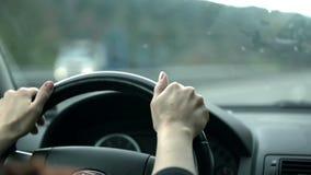 Sluit schot van bestuurdershanden op het stuurwiel stock videobeelden