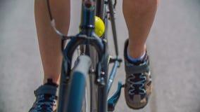 Sluit schot van een fietser die tijdens marathonras padling stock video