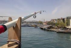 Sluit schot van een hengel Op de achtergrond van het overzees stock afbeeldingen